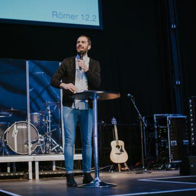 https://www.ecclesia.church/wp-content/uploads/Leitender-Pastor_Konstantin-Kruse_auf-Bühne-e1571607453441.jpg